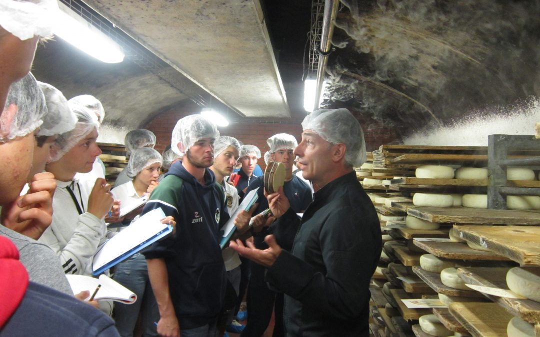 Visiste de l'entreprise Paccard d'affinage de fromages fermiers de Savoie à Manigod